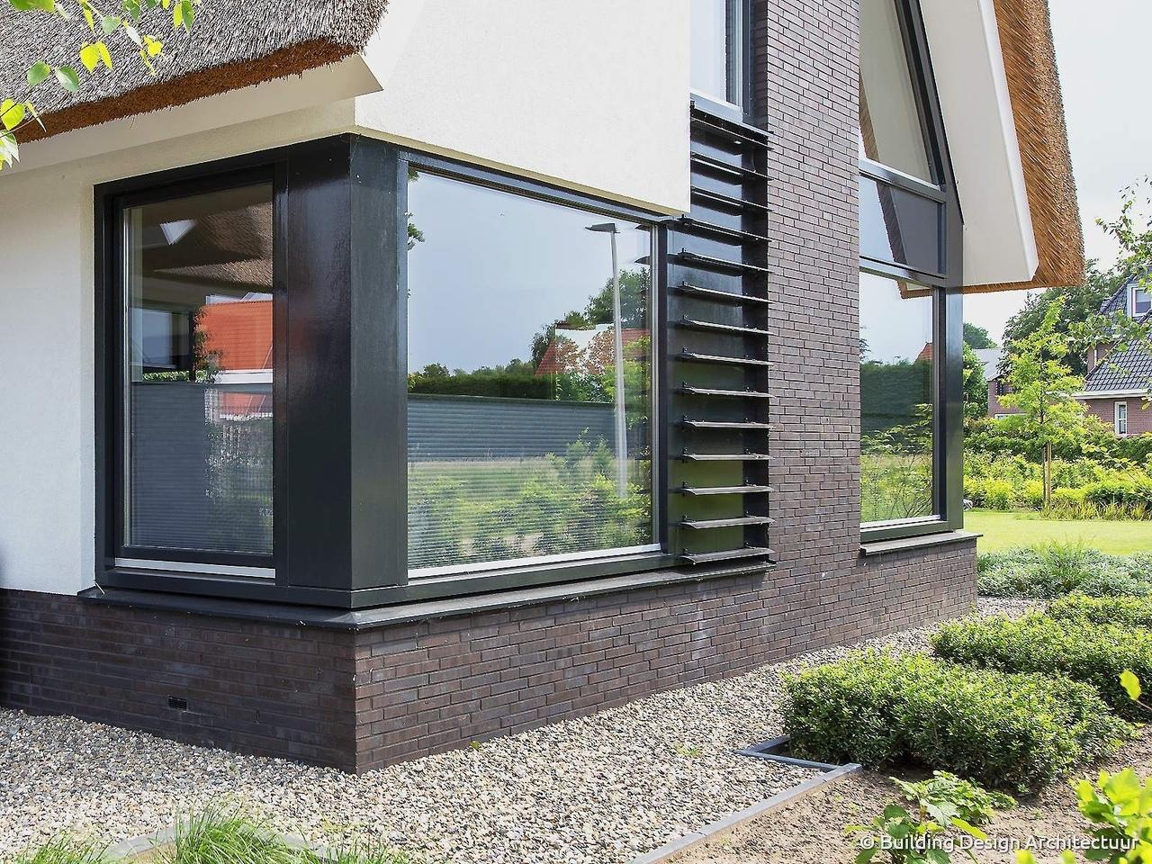 Загородный дом с соломенной крышей в Дюрнингене от Building Design Architecuur.
