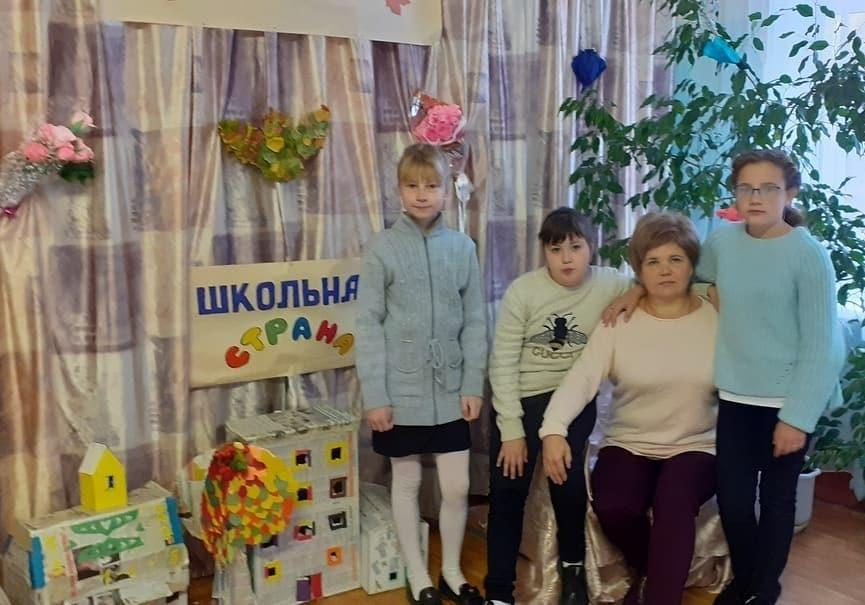 Ученики школы №8 города Петровска подготовили для своих учителей, которые совсем скоро - 5 октября - будут отмечать профессиональный праздник