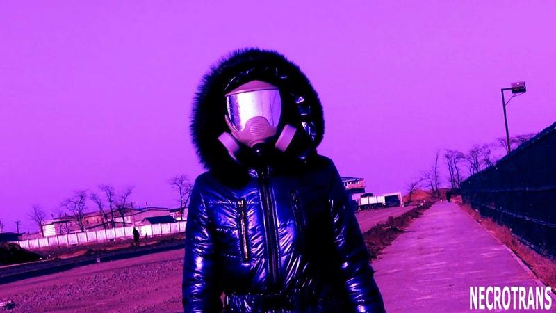 Панорамная маска и синий комбинезон с отблеском. Panoramic gas mask and blue jumpsuit with a glare.